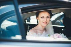Ritratto del primo piano di una sposa nella finestra di automobile Fotografia Stock Libera da Diritti