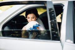 Ritratto del primo piano di una sposa nella finestra di automobile Immagini Stock Libere da Diritti