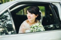 Ritratto del primo piano di una sposa nella finestra di automobile Fotografia Stock