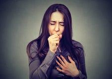 Ritratto del primo piano di una tosse della giovane donna immagini stock libere da diritti