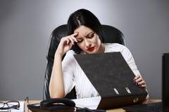 Ritratto del primo piano, giovane donna triste in vestito grigio bianco che si siede sopra immagini stock