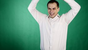Ritratto del primo piano del giovane felice che sembra sorpreso emozione umana positiva Fondo verde archivi video