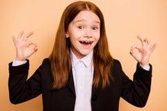 Ritratto del primo piano del principiante pre-teen ottimista di buon umore allegro della ragazza del contenuto sicuro attraente p fotografie stock