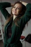 Ritratto del primo piano sorridente della giovane donna graziosa Fotografia Stock