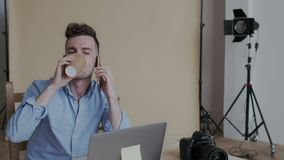 Ritratto del primo piano Uomo socievole creativo bello che parla sul telefono con molte emozioni positive Lui che beve stock footage