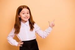 Ritratto del principiante pre-teen divertente di buon umore allegro sicuro adorabile attraente piacevole della ragazza che indica immagine stock