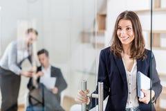 Ritratto del professionista femminile moderno allegro in ufficio moderno fotografie stock libere da diritti