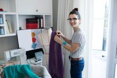 Ritratto del progettista femminile che progetta vestito sul manichino Fotografia Stock