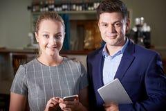 Ritratto del proprietario con la cameriera di bar In Restaurant fotografie stock libere da diritti