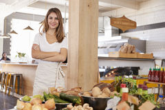 Ritratto del proprietario femminile del deposito di alimento biologico immagini stock libere da diritti