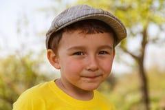 Ritratto del ragazzino del bambino del bambino all'aperto con un fronte all'aperto o del cappuccio Immagini Stock
