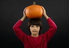 Ritratto del ragazzino che porta il costume di Halloween con la zucca sopra Fotografia Stock Libera da Diritti