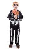 Ritratto del ragazzino che porta il costume di Halloween e che tiene le caramelle variopinte Fotografia Stock Libera da Diritti