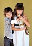 Ritratto del ragazzino e della ragazza alla moda Fotografia Stock
