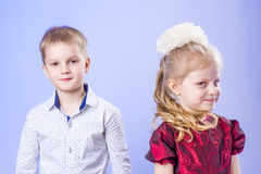 Ritratto del ragazzino e della ragazza divertenti Fotografia Stock