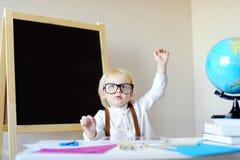 Ritratto del ragazzino nel luogo di lavoro Immagine Stock