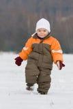 Ritratto del ragazzino nel paesaggio nevoso Immagine Stock