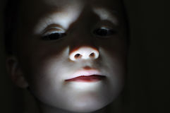 Ritratto del ragazzino nell'orrore di fabbricazione scuro Immagini Stock