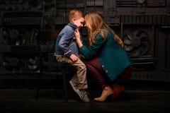 Ritratto del ragazzino sveglio alla moda con la bella mamma Fotografia Stock