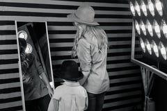 Ritratto del ragazzino sveglio alla moda con la bella mamma Fotografie Stock Libere da Diritti