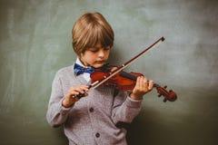 Ritratto del ragazzino sveglio che gioca violino Immagini Stock Libere da Diritti