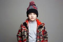 Ritratto del ragazzo alla moda in tuta sportiva di inverno immagini stock libere da diritti