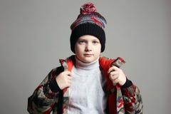Ritratto del ragazzo alla moda in tuta sportiva di inverno fotografia stock libera da diritti