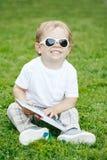 Ritratto del ragazzo caucasico bianco di risata sorridente adorabile sveglio divertente del bambino del bambino con capelli biond Fotografia Stock