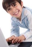 Ritratto del ragazzo caucasico sveglio che sorride con il computer portatile Immagine Stock Libera da Diritti