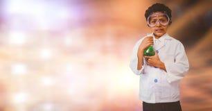 Ritratto del ragazzo che fa esperimento scientifico sopra il fondo della sfuocatura Immagini Stock
