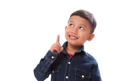 Ritratto del ragazzo che indica dito su su fondo bianco Fotografie Stock Libere da Diritti