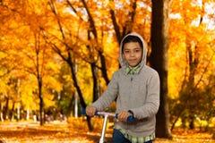 Ritratto del ragazzo con il motorino Immagini Stock