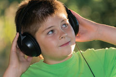 Ritratto del ragazzo con le cuffie all'aperto Immagine Stock Libera da Diritti