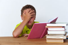 Ritratto del ragazzo della Tween che legge un libro Immagine Stock Libera da Diritti