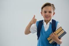 Ritratto del ragazzo di scuola che mostra i pollici su Fotografie Stock