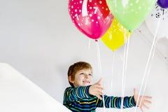 Ritratto del ragazzo felice del bambino con il mazzo sugli aerostati variopinti sul compleanno 7 Fotografia Stock Libera da Diritti