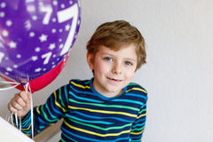 Ritratto del ragazzo felice del bambino con il mazzo sugli aerostati variopinti sul compleanno 7 Fotografia Stock