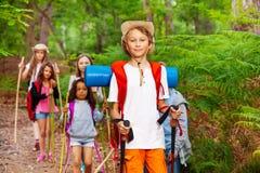Ritratto del ragazzo nel gruppo di escursione degli amici Fotografia Stock