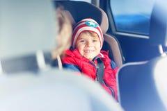 Ritratto del ragazzo prescolare del bambino che si siede in automobile Immagini Stock