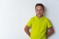 Ritratto del ragazzo sicuro che esamina la macchina fotografica Immagine Stock
