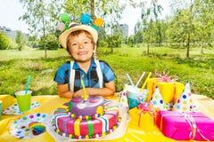Ritratto del ragazzo sorridente del bambino che fa un desiderio di compleanno Immagini Stock Libere da Diritti