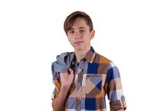 Ritratto del ragazzo teenager attraente che è fotografato in uno studio Isolato su priorità bassa bianca Immagine Stock