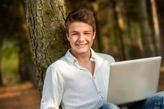 Ritratto del ragazzo teenager contro l'albero. Immagini Stock Libere da Diritti