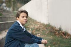 Ritratto del ragazzo teenager sorridente dei giovani che esamina macchina fotografica con un joyf Fotografia Stock