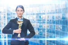 Ritratto del responsabile femminile con la tazza dorata fotografie stock