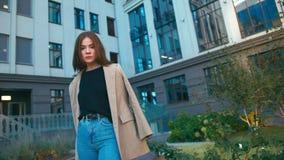 Ritratto del rivestimento d'uso e dei jeans della bella della corsa mista donna d'avanguardia dei pantaloni a vita bassa Gode del archivi video