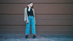 Ritratto del rivestimento d'uso e dei jeans della bella della corsa mista donna d'avanguardia dei pantaloni a vita bassa Posa dav archivi video