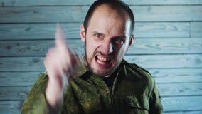 Ritratto del soldato arrabbiato dell'ufficiale Il capitano pazzo dell'esercito sta giurando ed urlando stock footage