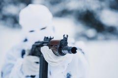Ritratto del soldato in cammuffamento e della passamontagna bianca della maschera con Fotografia Stock Libera da Diritti