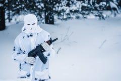 Ritratto del soldato in cammuffamento e della passamontagna bianca della maschera con Fotografia Stock